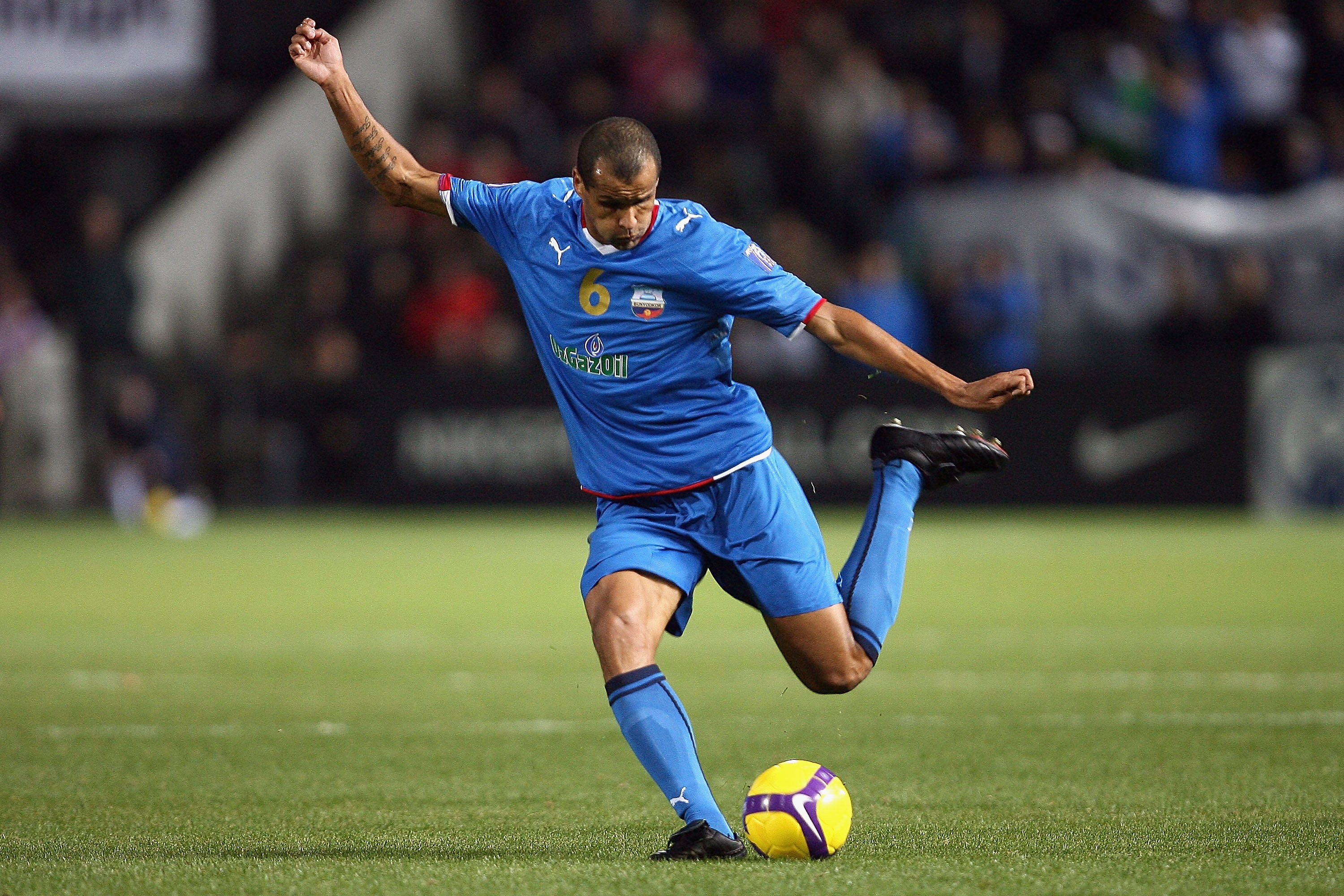 ADELAIDE, AUSTRALIA - OCTOBER 08:  Rivaldo of Bunyodkor kicks during the AFC Champions League semi-final first leg match between Adelaide United and Bunyodkor at Hindmarsh Stadium on October 8, 2008 in Adelaide, Australia.  (Photo by Simon Cross/Getty Ima