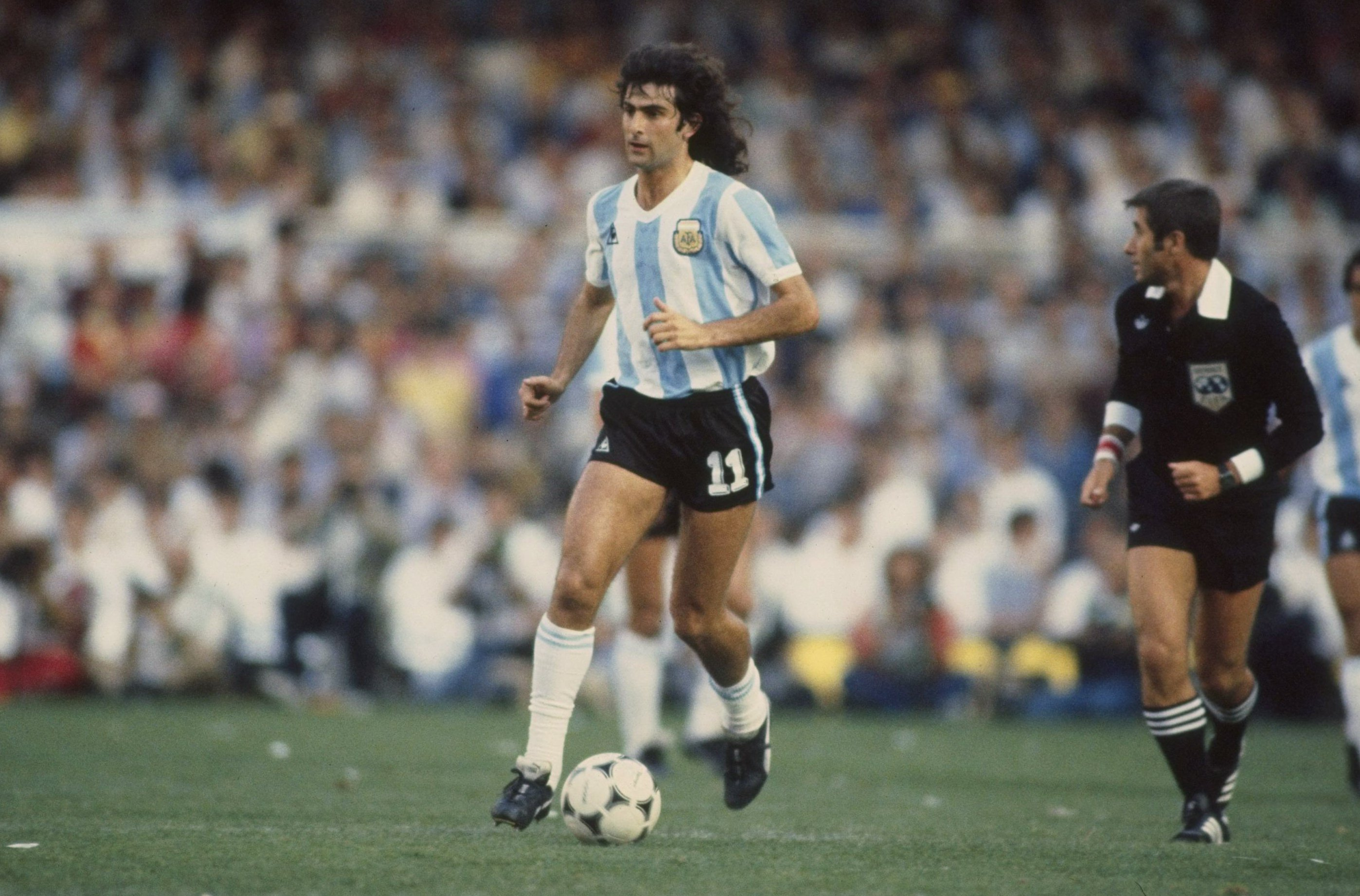 Aug 1978:  Mario Kempes of Argentina in action during the world cup match against Belgium in Buenos Aries, Argentina. Mandatory Credit: Steve Powell/Allsport