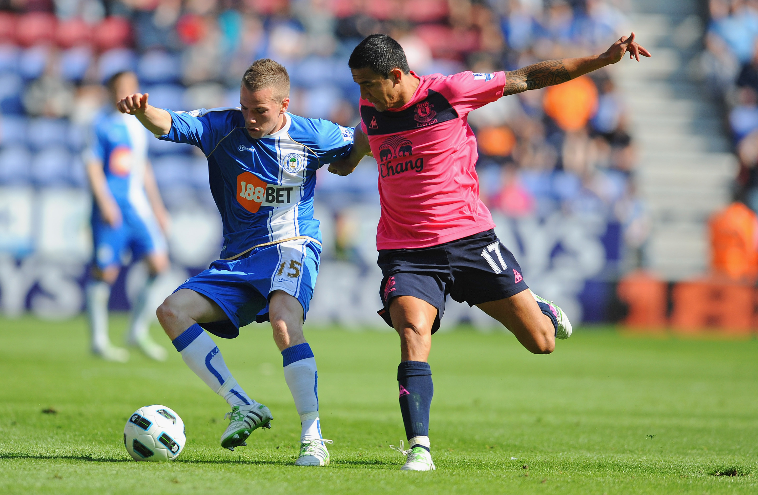 WIGAN, ENGLAND - APRIL 30: Tom Cleverley of Wigan battles Tim Cahill of Everton during the Barclays Premier League match between Wigan and Everton at the DW Stadium on April 30, 2011 in Wigan, England.  (Photo by Michael Regan/Getty Images)