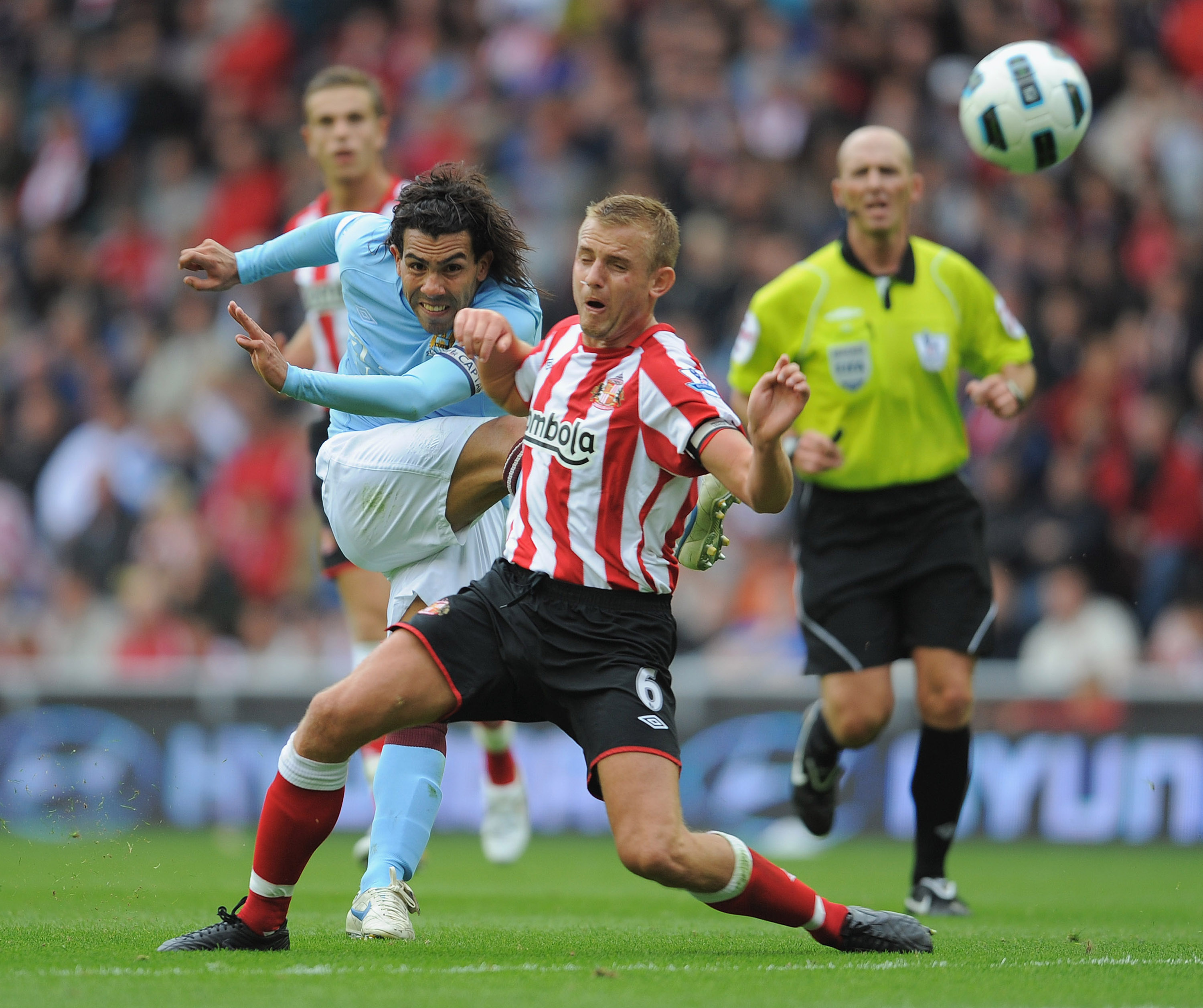 SUNDERLAND, ENGLAND - AUGUST 29: Lee Cattermole of Sunderland tries to block a shot by Carlos Tevez of Manchester City during the Barclays Premier League match between Sunderland and Manchester City at the Stadium of Light on August 29, 2010 in Sunderland