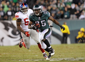 PHILADELPHIA, PA - NOVEMBER 21:  LeSean McCoy #25 of the Philadelphia Eagles runs down field against the New York Giants at Lincoln Financial Field on November 21, 2010 in Philadelphia, Pennsylvania.  (Photo by Nick Laham/Getty Images)