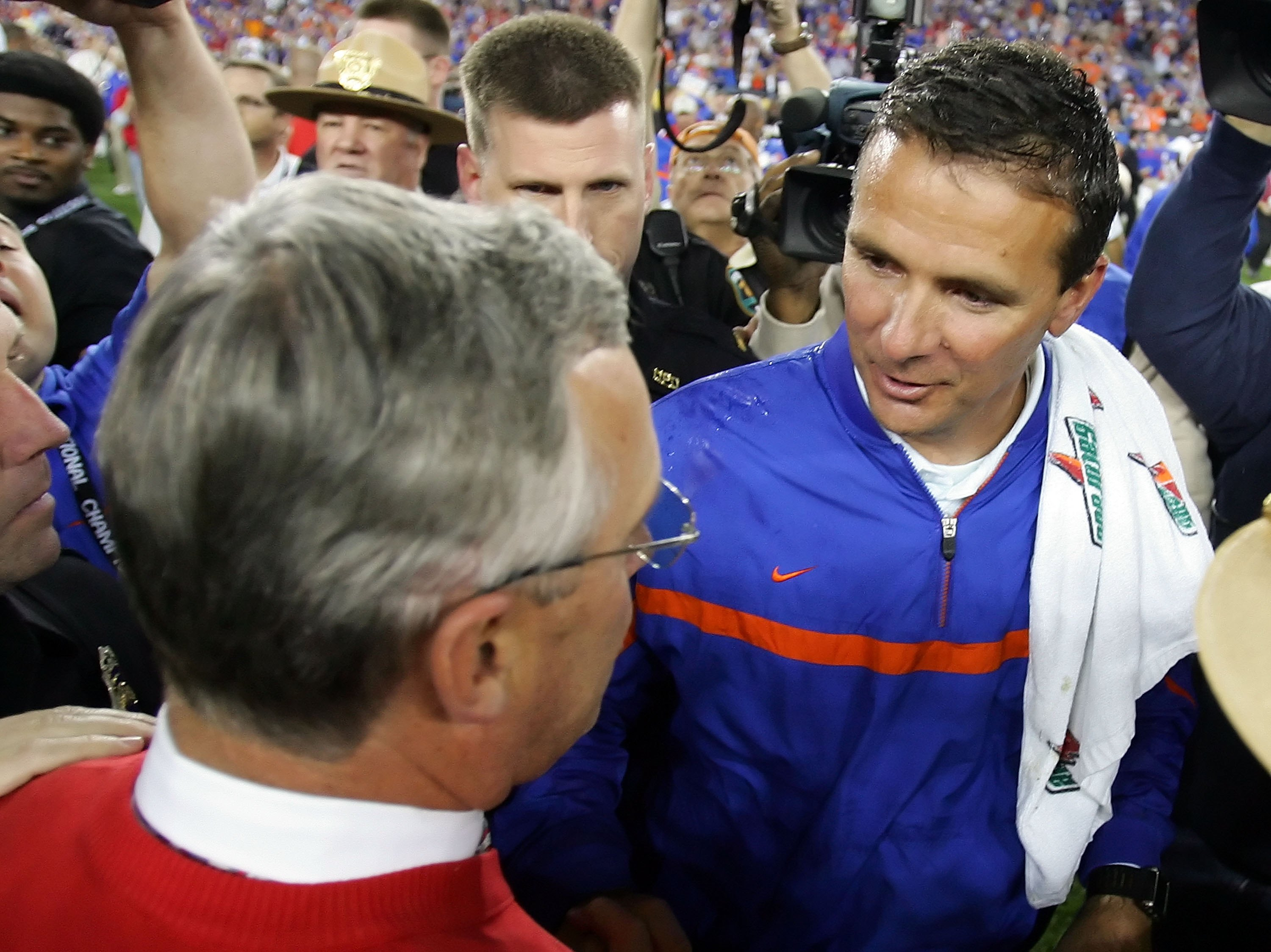 GLENDALE, AZ - JANUARY 08:  (R-L) Head coach Urban Meyer of the Florida Gators shakes hands with head coach Jim Tressel of the Ohio State Buckeyes after the 2007 Tostitos BCS National Championship Game at the University of Phoenix Stadium on January 8, 20