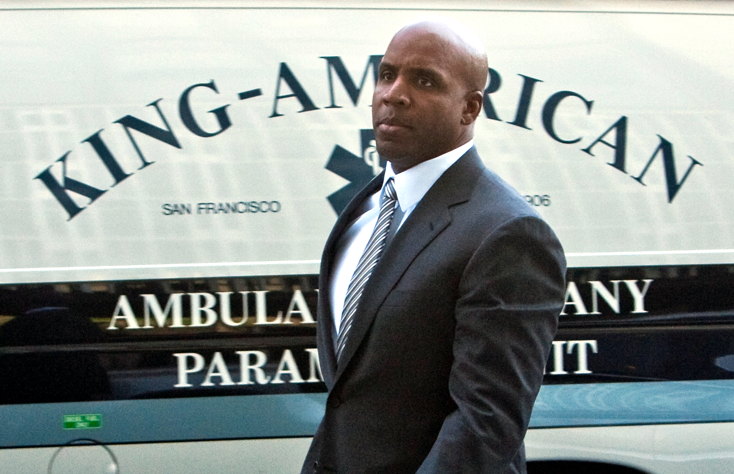 SAN FRANCISCO, CA -APRIL 8:  Former major league baseball player Barry Bonds (L) arrives at the Phillip Burton Federal Building and United States Courthouse April 8, 2011 in San Francisco, California. The jury is deliberating the case in which Barry Bonds