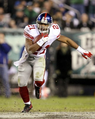 PHILADELPHIA - JANUARY 07:  Tiki Barber #21 of the New York Giants runs against the Philadelphia Eagles during their NFC Wildcard Playoff game on January 7, 2007 at Lincoln Financial Field in Philadelphia, Pennsylvania.  (Photo by Doug Benc/Getty Images)
