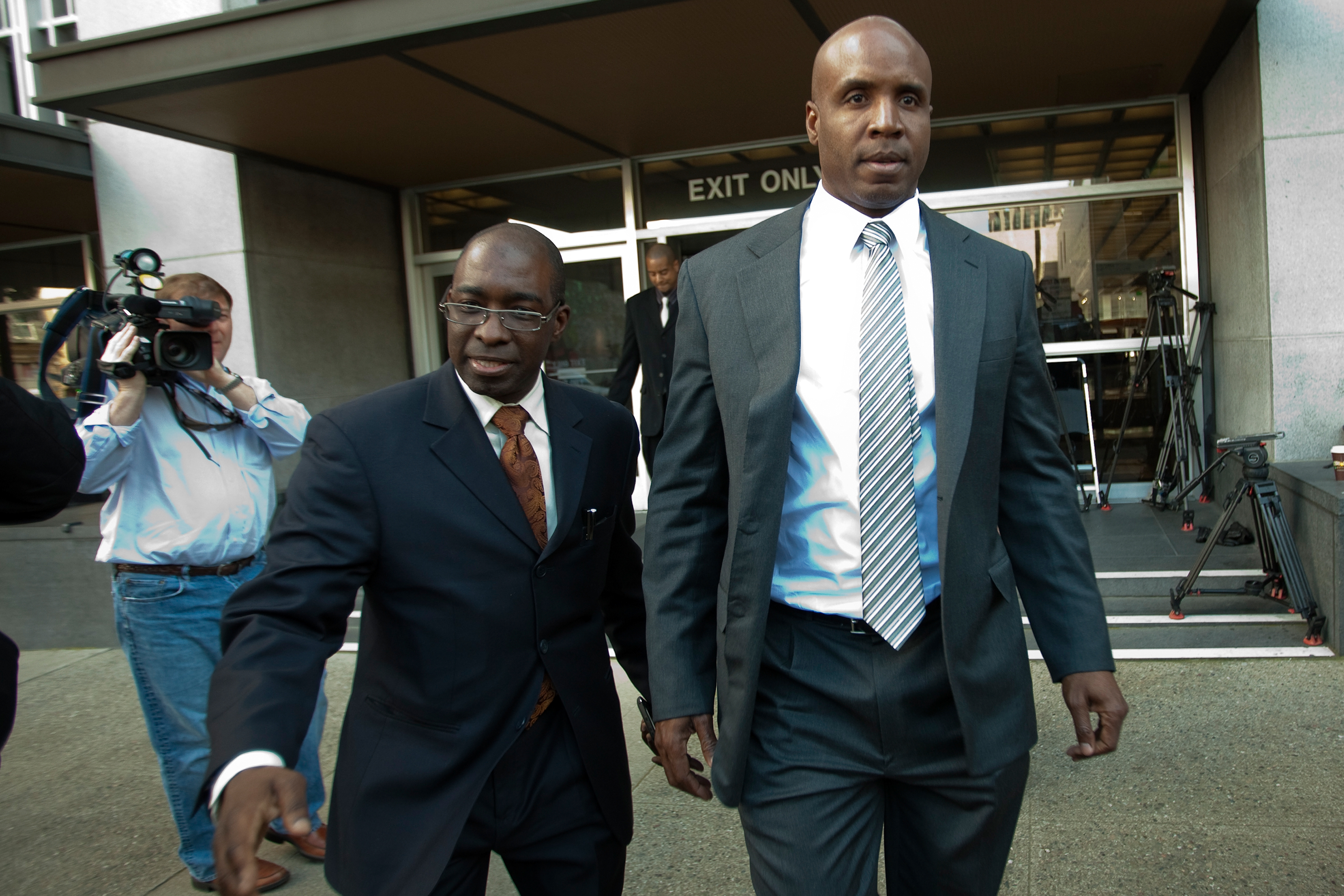 SAN FRANCISCO, CA -APRIL 8:  Former major league baseball player Barry Bonds leaves the Phillip Burton Federal Building and United States Court House April 8, 2011 in San Francisco, California. The jury is deliberating the case in which Barry Bonds is acc