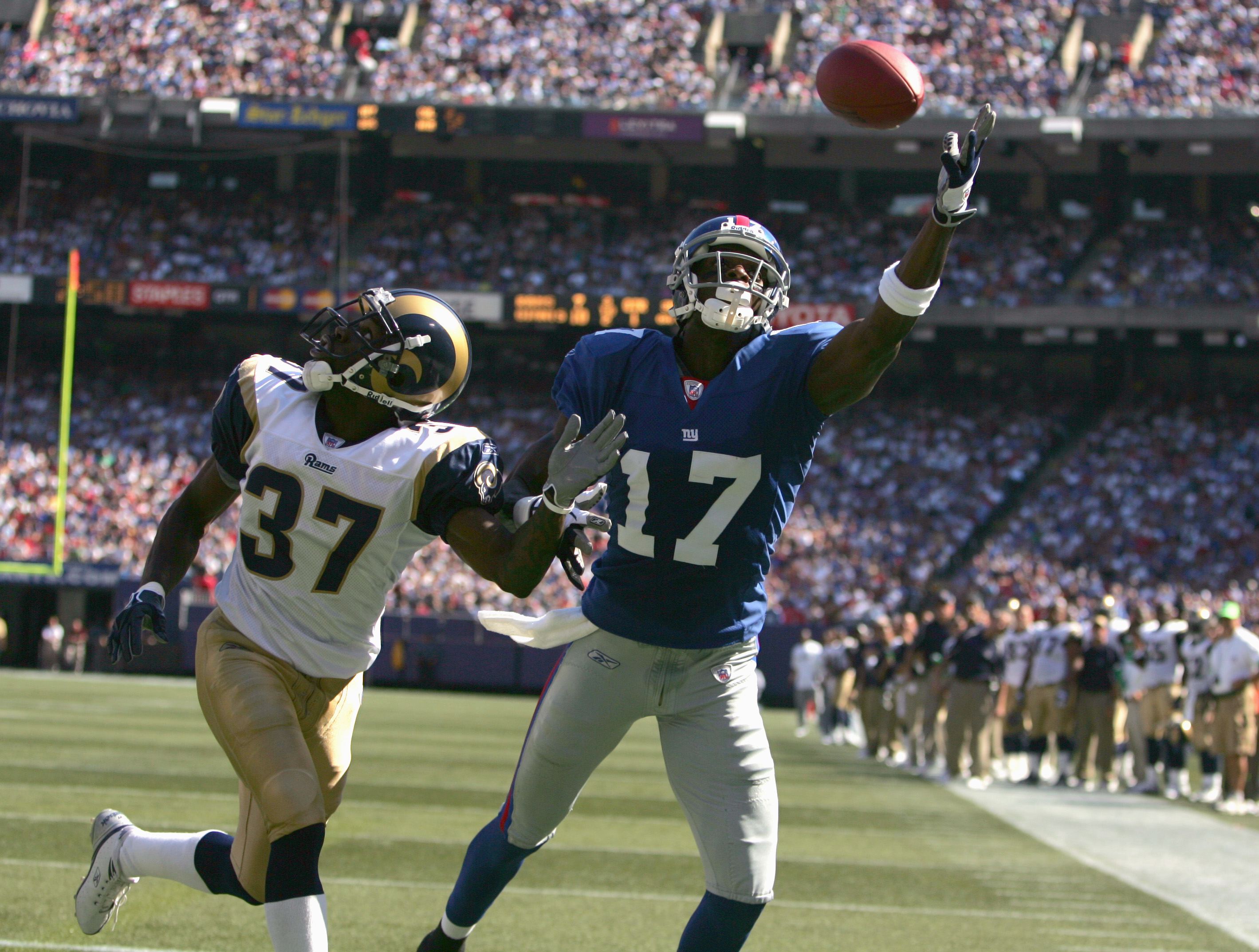 EAST RUTHERFORD, NJ - OCTOBER 02: Plaxico Burress #17 of the New York Giants reaches for the pass during the game against the St. Louis Rams on October 2, 2005 at Giants Stadium in East Rutherford, New Jersey. The Giants won 44-24. (Photo by Ezra Shaw/Get