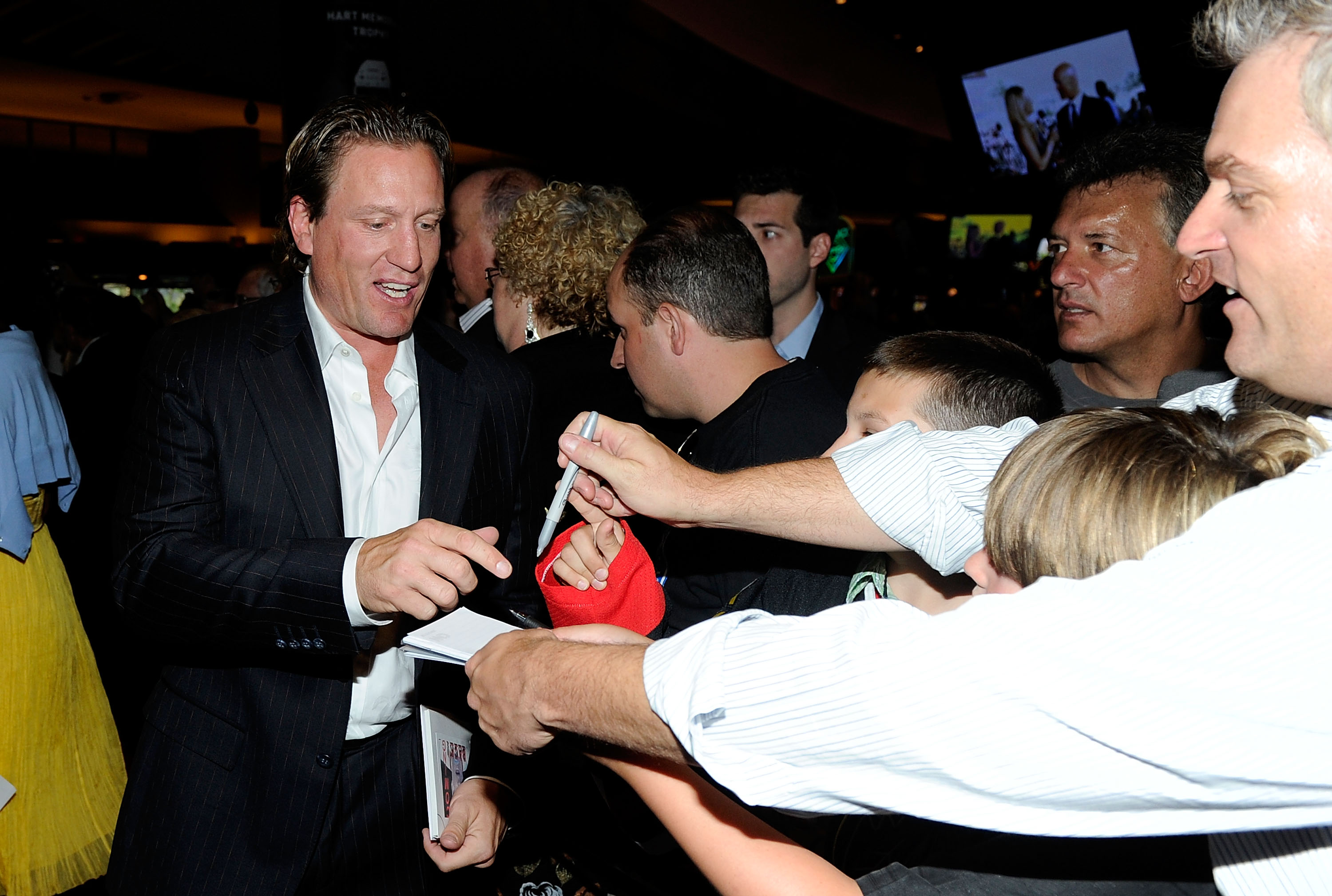LAS VEGAS - JUNE 23:  Jeremy Roenick signs autographs for fans during the red carpet arrivals for the 2010 NHL Awards at the Palms Casino Resort on June 23, 2010 in Las Vegas, Nevada.  (Photo by Ethan Miller/Getty Images)