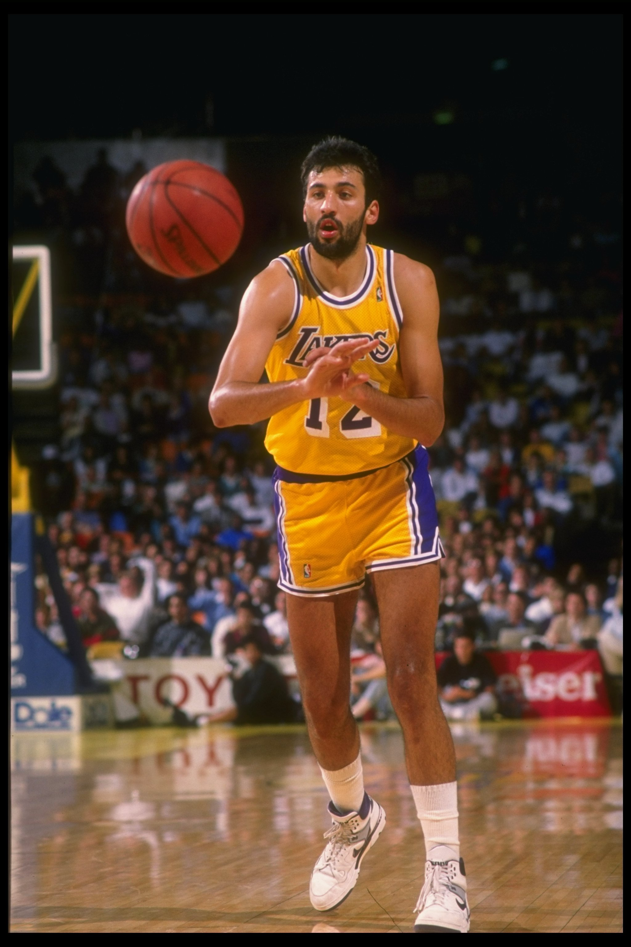 1f437528750 Center Vlade Divac of the Los Angeles Lakers passes the ball during a game.