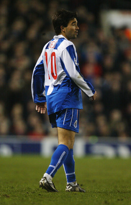 MANCHESTER, ENGLAND - MARCH 9: Deco of Porto during the UEFA Champions League match between Manchester United and FC Porto at Old Trafford on March 9, 2004 in Manchester, England.  (Photo by Laurence Griffiths/Getty Images)