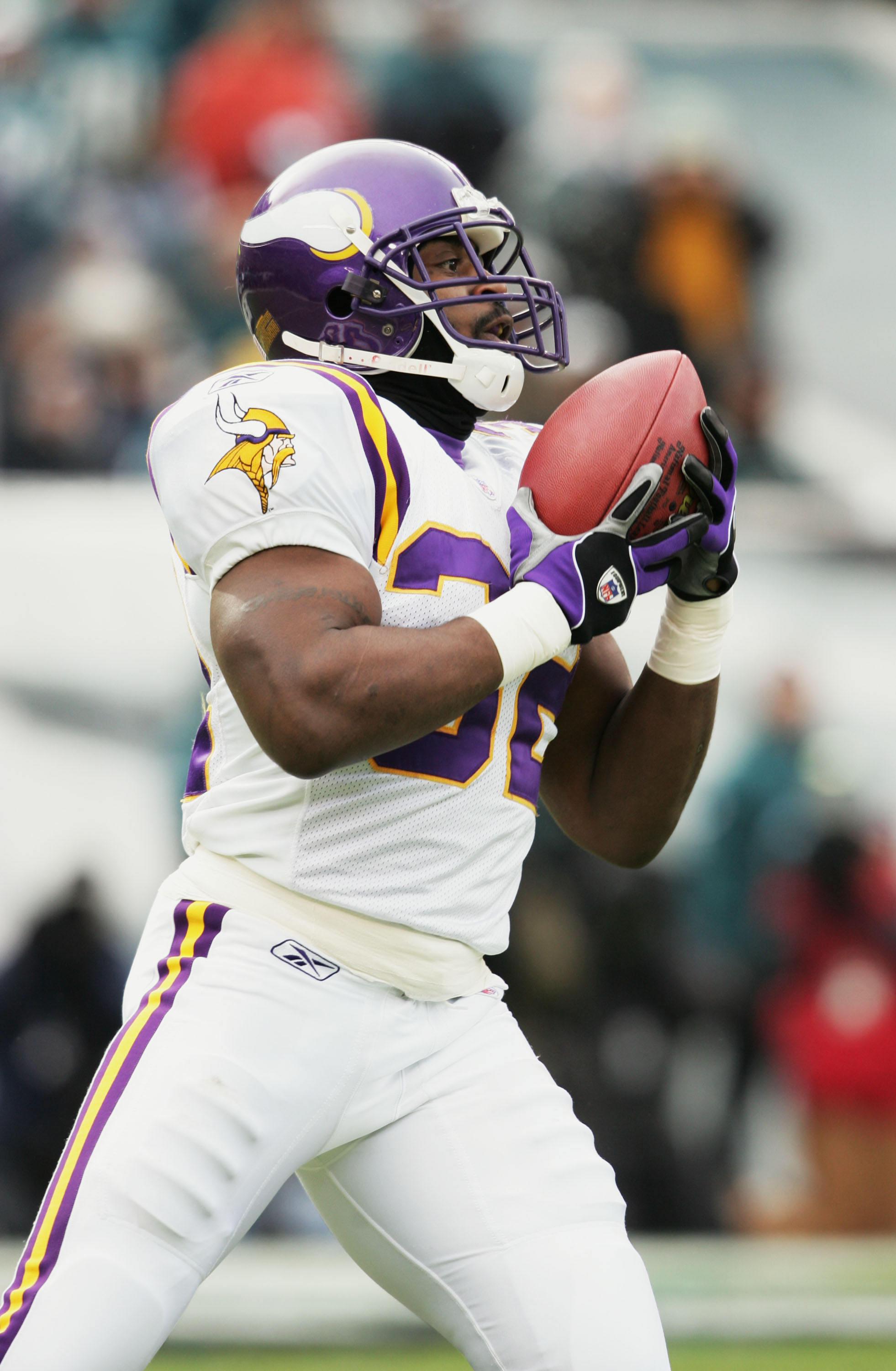 PHILADELPHIA - JANUARY 16:  Running back Onterrio Smith #32 of the Minnesota Vikings catches a pass against the Philadelphia Eagles in an NFC divisional playoff game at Lincoln Financial Field on January 16, 2005 in Philadelphia, Pennsylvania. The Eagles