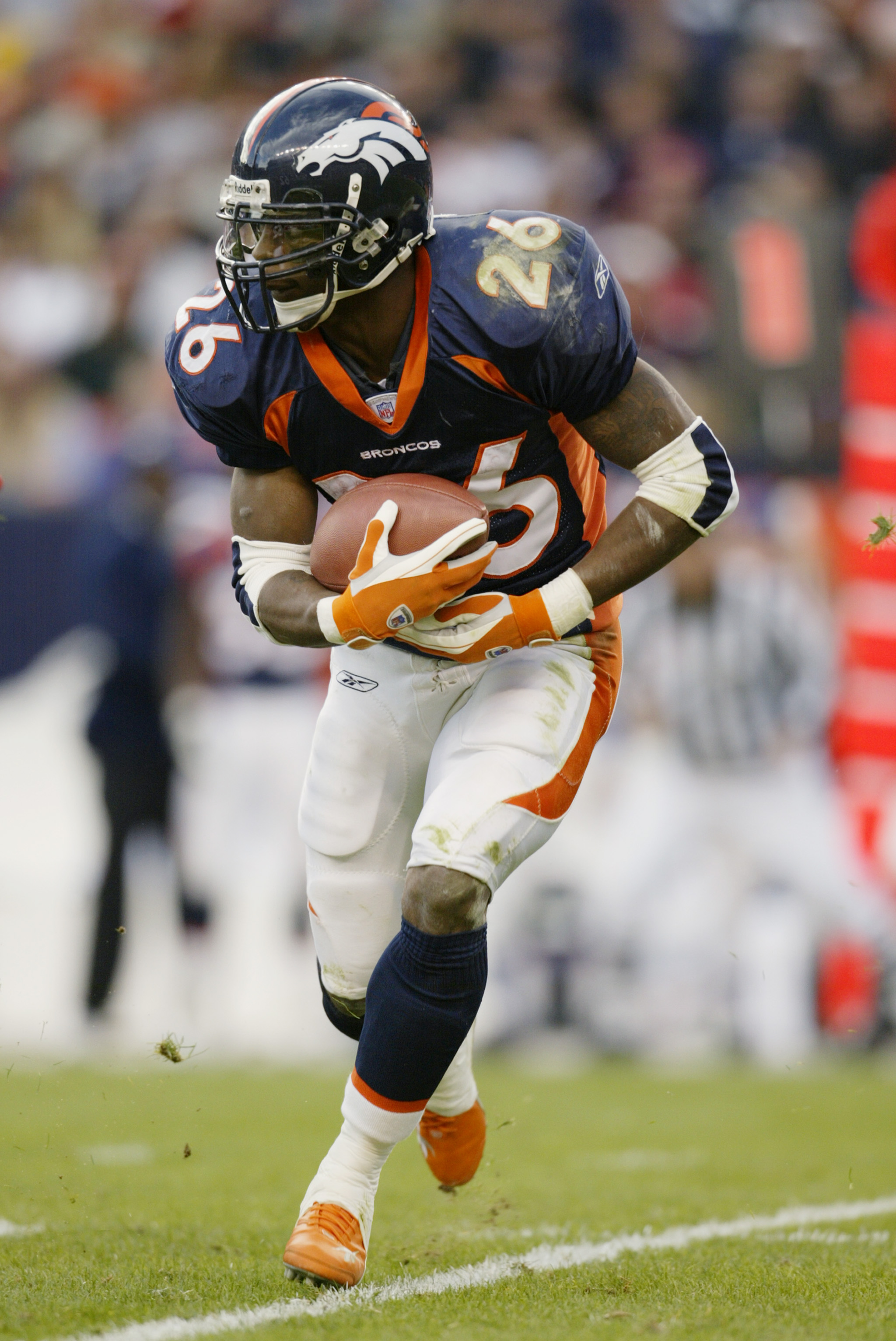 DENVER - DECEMBER 15:  Clinton Portis #26 of the Denver Broncos runs the ball against the Kansas City Chiefs during the NFL game at Invesco Field at Mile High on December 15, 2002 in Denver, Colorado. The Broncos won 31-24. (Photo by Brian Bahr/Getty Imag