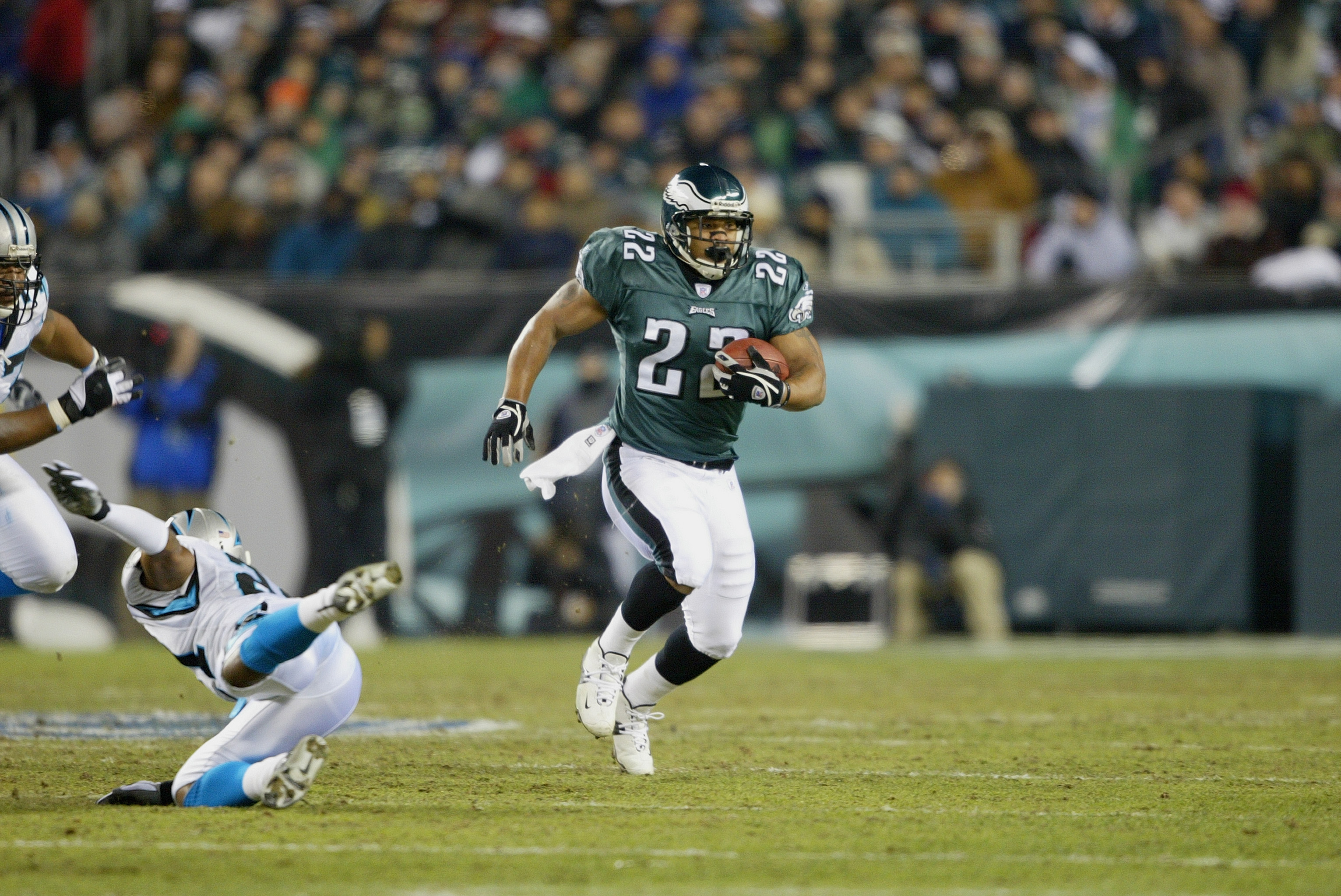 54568588523 PHILADELPHIA - JANUARY 18: Running back Duce Staley #22 of the Philadelphia  Eagles runs