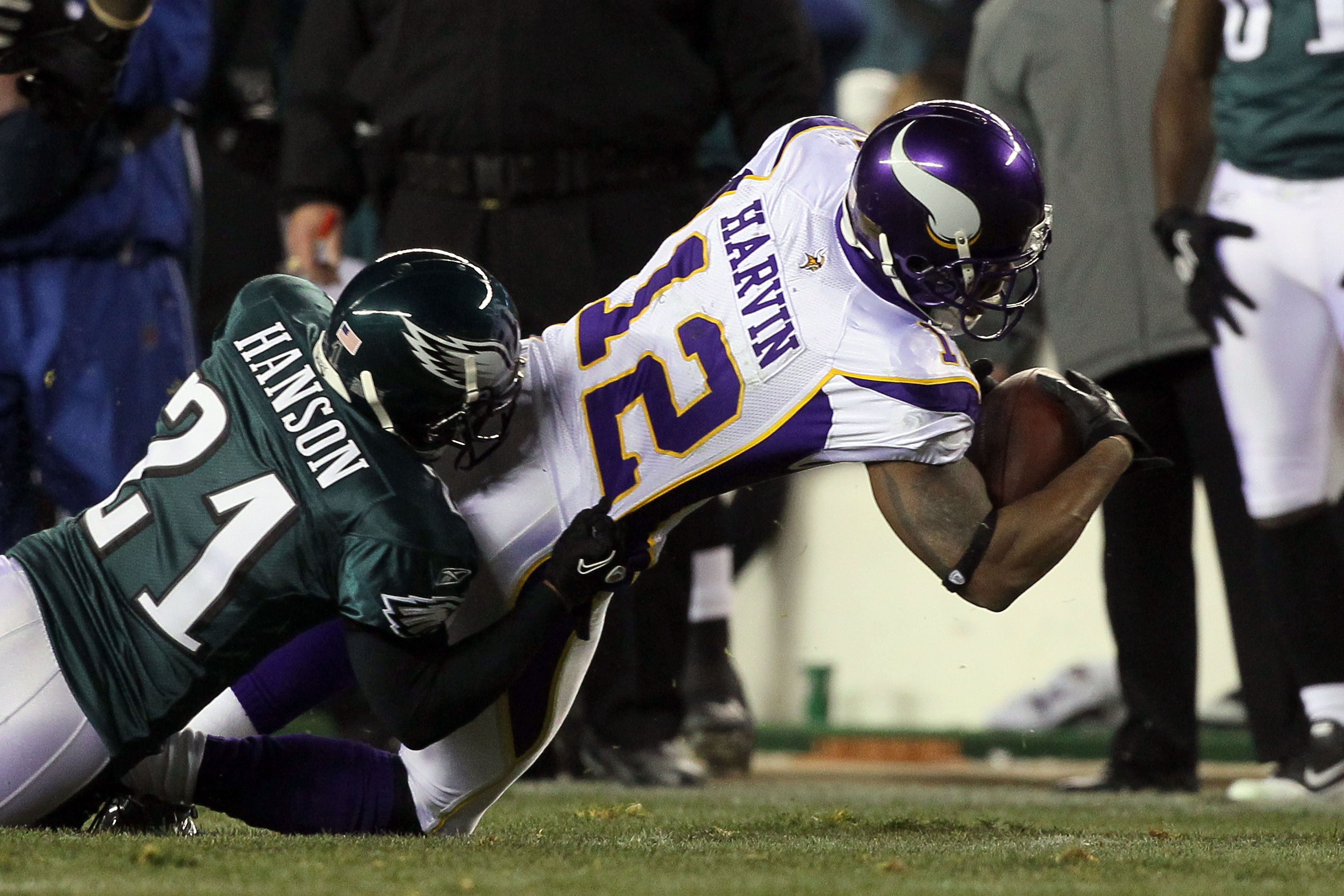 PHILADELPHIA, PA - DECEMBER 28:  Percy Harvin #12 of the Minnesota Vikings in action against Joselio Hanson #21 of the Philadelphia Eagles at Lincoln Financial Field on December 28, 2010 in Philadelphia, Pennsylvania.  (Photo by Jim McIsaac/Getty Images)