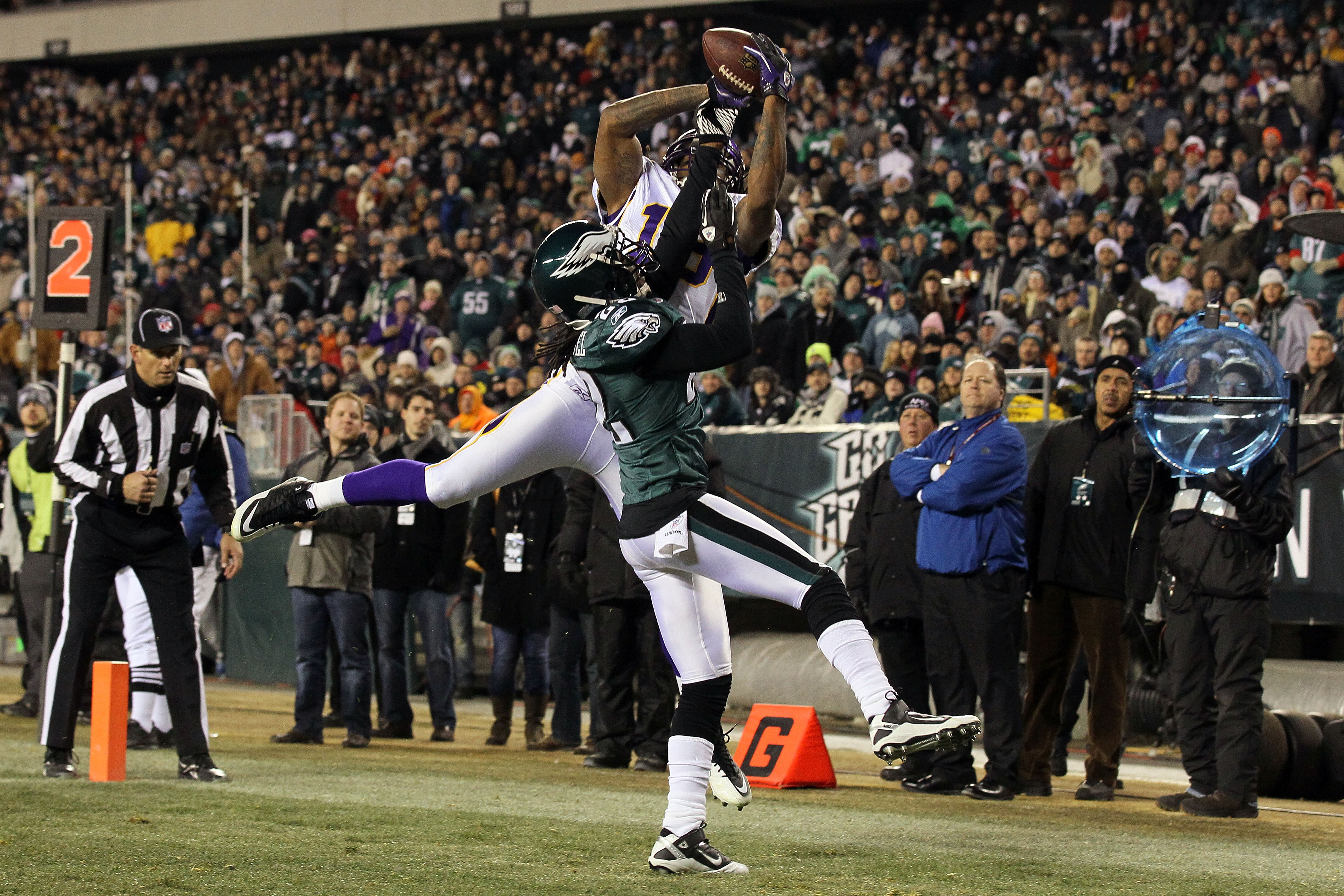 PHILADELPHIA, PA - DECEMBER 28:  Sidney Rice #18 of the Minnesota Vikings in action against Asante Samuel #22 of the Philadelphia Eagles at Lincoln Financial Field on December 28, 2010 in Philadelphia, Pennsylvania.  (Photo by Jim McIsaac/Getty Images)