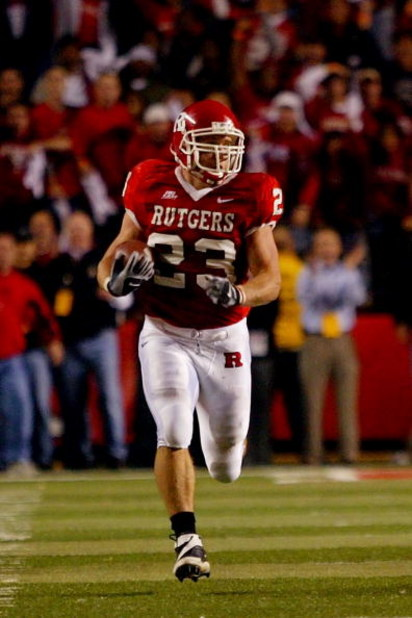PISCATAWAY, NJ - NOVEMBER 09:  Brian Leonard #23 of the Rutgers Scarlet Knights runs with the ball on a screen pass for a big gain in the fourth quarter against the Louisville Cardinals at Rutgers Stadium on November 9, 2006 in Piscataway, New Jersey.  (P