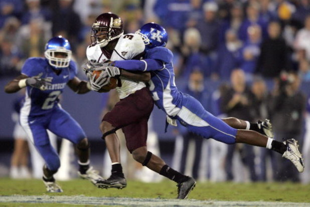 LEXINGTON, KY - SEPTEMBER 30:  Trevard Lindley #32 of the Kentucky Wildcats leaps to tackle Damien Linson #3 of the Central Michigan Chippewas on September 30, 2006 at Commonwealth Stadium in Lexington, Kentucky.  (Photo by Andy Lyons/Getty Images)