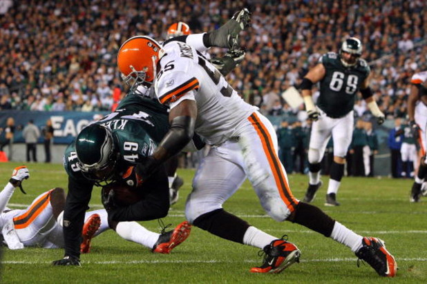 PHILADELPHIA - DECEMBER 15:  Willie McGinest #55 of the Cleveland Browns tackles Dan Klecko #49 of the Philadelphia Eagles on December 15, 2008 at Lincoln Financial Field in Philadelphia, Pennsylvania.  (Photo by Jim McIsaac/Getty Images)