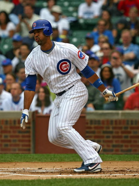 CHICAGO - AUGUST 28: Derrek Lee #25 of the Chicago Cubs hits the ball against the New York Mets on August 28, 2009 at Wrigley Field in Chicago, Illinois. The Cubs defeated the Mets 5-2. (Photo by Jonathan Daniel/Getty Images)