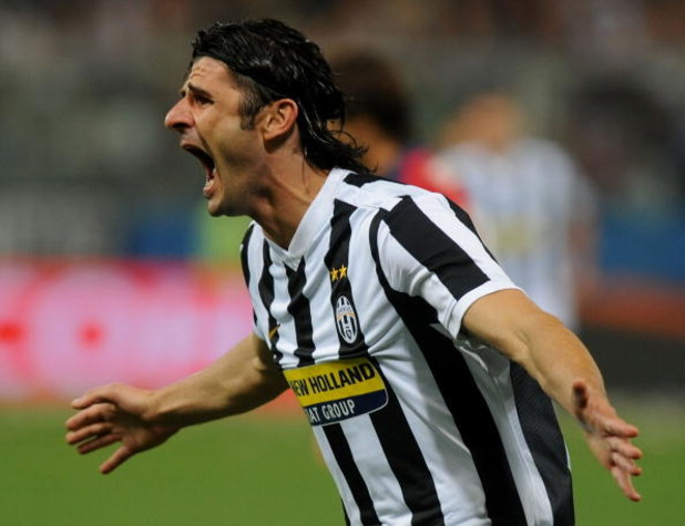GENOA, ITALY - SEPTEMBER 24:  Vincenzo Iaquinta of Juventus FC celebrates scoring his team's first goal during the Serie A match between Genoa CFC and SSC Juventus FC at Stadio Luigi Ferraris on September 24, 2009 in Genoa, Italy.  (Photo by Massimo Cebre