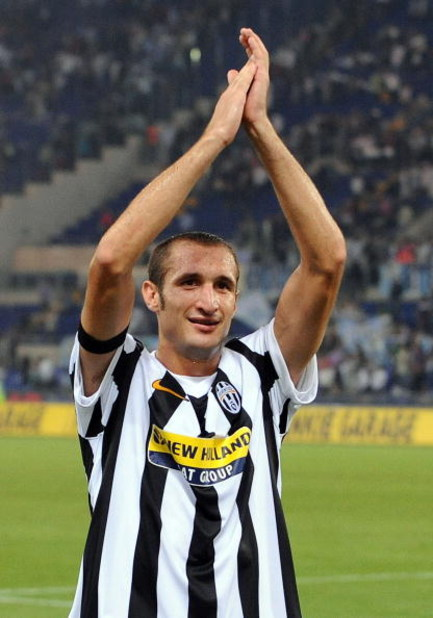 ROME - SEPTEMBER 12:  Giorgio Chiellini of Juventus FC applauds spectators during the Serie A match between Lazio and Juventus at Stadio Olimpico on September 12, 2009 in Rome, Italy.  (Photo by Giuseppe Bellini/Getty Images)
