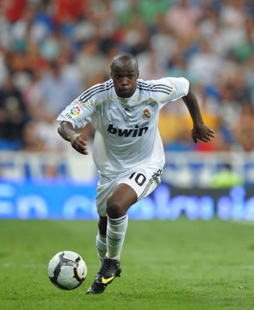 MADRID, SPAIN - AUGUST 29:  Lass Diarra of Real Madrid in action during the La Liga match between Real Madrid and Deportivo La Coruna at the Santiago Bernabeu stadium on August 29, 2009 in Madrid, Spain.  (Photo by Denis Doyle/Getty Images)