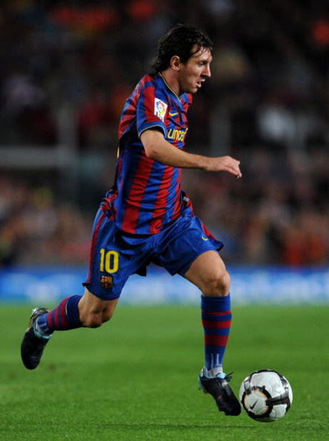BARCELONA, SPAIN - SEPTEMBER 19:  Lionel Messi of Barcelona runs with the ball during the La Liga match between Barcelona and Atletico Madrid at the Camp Nou Stadium on September 19, 2009 in Barcelona, Spain.  (Photo by Jasper Juinen/Getty Images)
