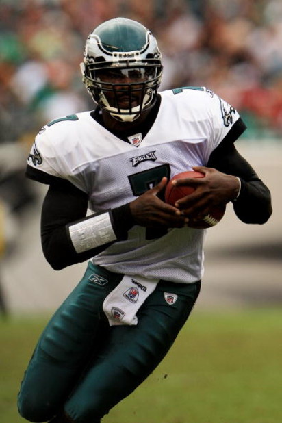 PHILADELPHIA - SEPTEMBER 27:  Quarterback Michael Vick #7 of the Philadelphia Eagles runs the ball against the Kansas City Chiefs during their game on September 27, 2009 at Lincoln Financial Field in Philadelphia, Pennsylvania.  (Photo by Travis Lindquist