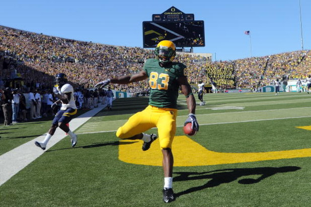 EUGENE, OR - SEPTEMBER 26: Ed Dickson #83 of the Oregon Ducks celebrates his touchdown in the first quarter of the game against the California Bears at Autzen Stadium on September 26, 2009 in Eugene, Oregon. (Photo by Steve Dykes/Getty Images)
