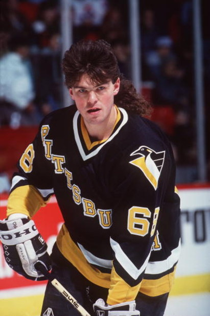 1993-94:  JAROMIR JAGR OF PITTSBURGH BEFORE THE PENGUINS GAME VERSUS THE MONTREAL CANADIENS AT THE FORUM IN MONTREAL, CANADA. Mandatory Credit: Robert Laberge/ALLSPORT