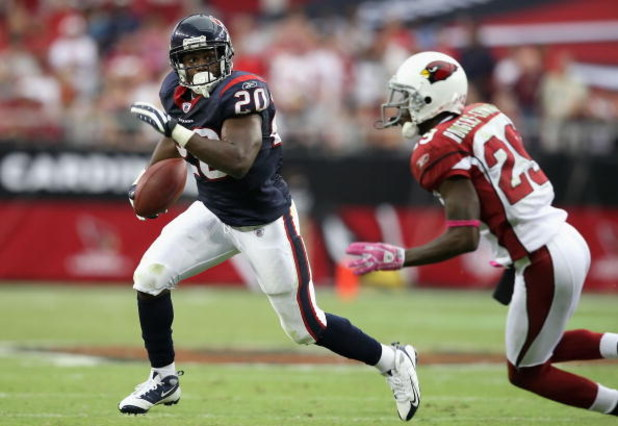 GLENDALE, AZ - OCTOBER 11: Runningback Steve Slaton #20 of the Houston Texans rushes the ball 13 yards past Dominique Rodgers-Cromartie #29 of the Arizona Cardinals during the NFL game at the Universtity of Phoenix Stadium on October 11, 2009 in Glendale,