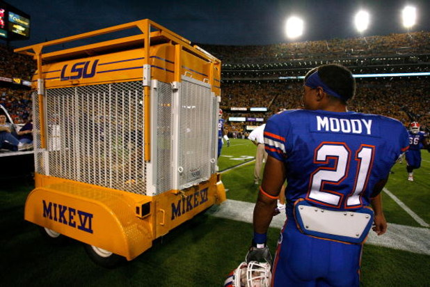 BATON ROUGE, LA - OCTOBER 10:  Emmanuel Moody #21 of the Florida Gators checks out Mike VI, mascot of the Louisiana State University Tigers, during pregame warmups at Tiger Stadium on October 10, 2009 in Baton Rouge, Louisiana.  (Photo by Kevin C. Cox/Get