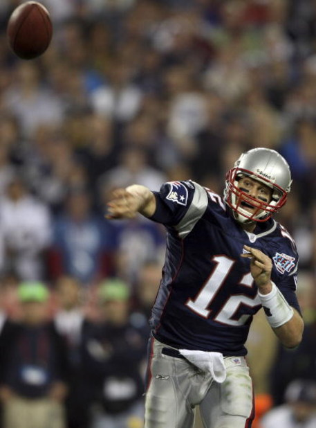 GLENDALE, AZ - FEBRUARY 03:  Tom Brady #12 of of the New England Patriots passes the ball in the fourth quarter of Super Bowl XLII against the New York Giants on February 3, 2008 at the University of Phoenix Stadium in Glendale, Arizona.  (Photo by Elsa/G