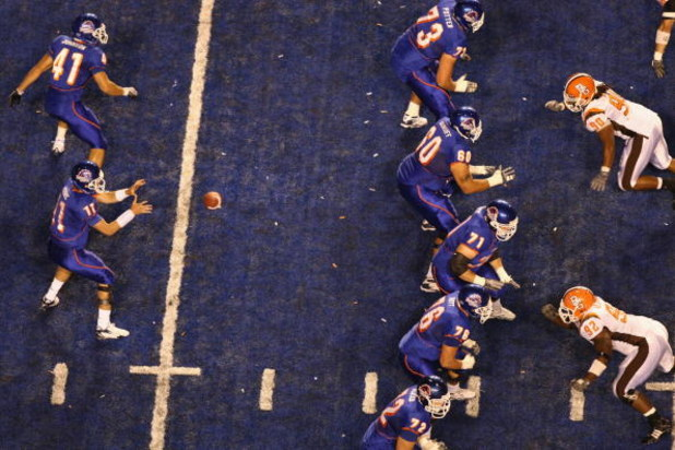 BOISE , ID - SEPTEMBER 13:  Kellen Moore #11 of the Boise State Broncos waits for the snap against the Bowling Green Falcons at Bronco Stadium on September 13, 2008 in Boise, Idaho.  (Photo by Jonathan Ferrey/Getty Images)