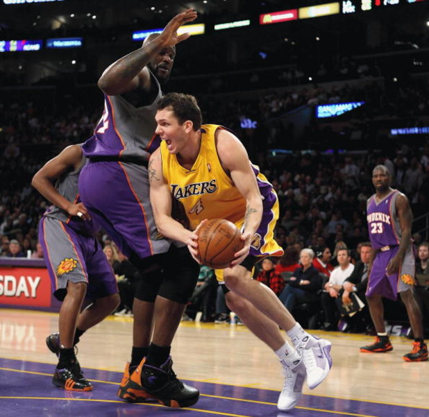 LOS ANGELES, CA - FEBRUARY 26:  Luke Walton #4 of the Los Angeles Lakers looks to pass around     Shaquille O'Neal #32 of the Phoeix Suns during the NBA game at Staples Center on February 26, 2009 in Los Angeles, California.  The Lakers defeated the Suns