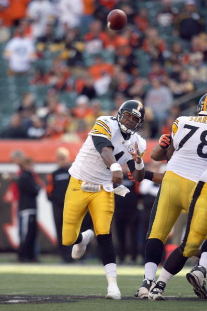 CINCINNATI - OCTOBER 19:  Quarterback Byron Leftwich #4 of the Pittsburgh Steelers passes the ball during the NFL game against the Cincinnati Bengals at Paul Brown Stadium on October 19, 2008 in Cincinnati, Ohio.  (Photo by Andy Lyons/Getty Images)