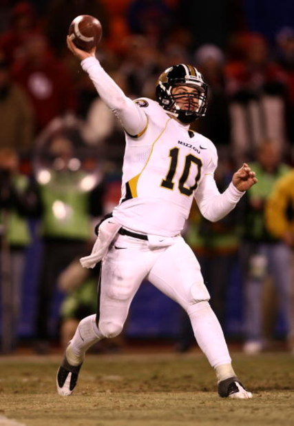 KANSAS CITY, MO - DECEMBER 06:  Quarterback Chase Daniel #10 of the Missouri Tigers throws the ball against the Oklahoma Sooners at Arrowhead Stadium on December 6, 2008 in Kansas City, Missouri.  (Photo by Jonathan Ferrey/Getty Images)