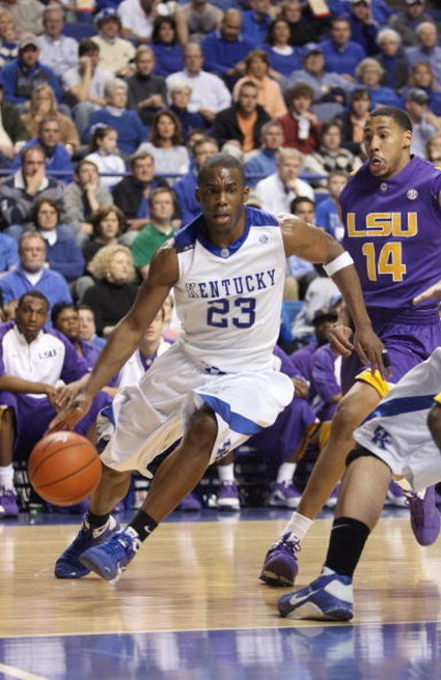 LEXINGTON, KY - FEBRUARY 28:  Jodie Meeks #23 of the Kentucky Wildcats drives to the basket against Garrett Temple #14 of the LSU Tigers during the SEC game at Rupp Arena on February 28, 2009 in Lexington, Kentucky.  (Photo by Andy Lyons/Getty Images)