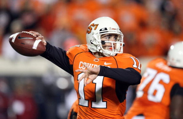 STILLWATER, OK - NOVEMBER 29:  Quarterback Zac Robinson #11 of the Oklahoma State Cowboys drops back to pass against the Oklahoma Sooners at Boone Pickens Stadium on November 29, 2008 in Stillwater, Oklahoma.  (Photo by Ronald Martinez/Getty Images)