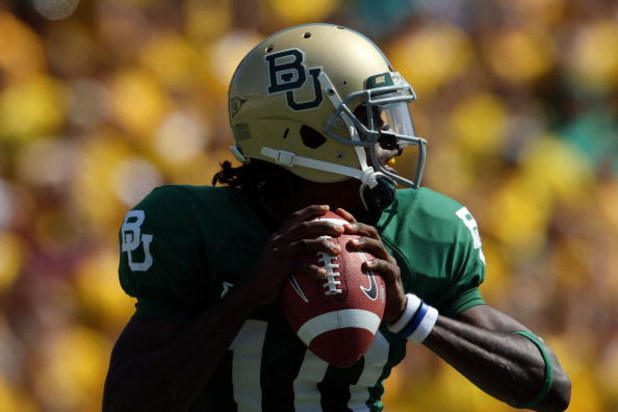 WACO, TX - OCTOBER 04:  Quarterback Robert Griffin #10 of the Baylor Bears drops back to pass against the Oklahoma Sooners at Floyd Casey Stadium on October 4, 2008 in Waco, Texas.  (Photo by Ronald Martinez/Getty Images)