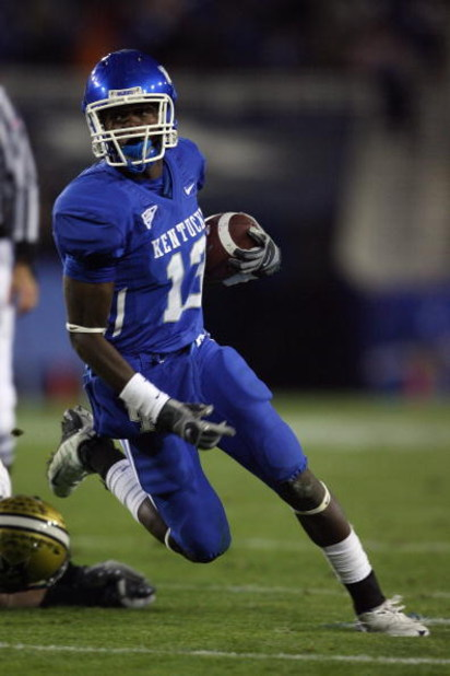 LEXINGTON, KY - NOVEMBER 15:  Eric Adeyemi #13 of the Kentucky Wildcats carries the ball during the game against the Vanderbilt Commodores on November 15, 2008 at Commonwealth Stadium in Lexington, Kentucky.  (Photo by Andy Lyons/Getty Images)