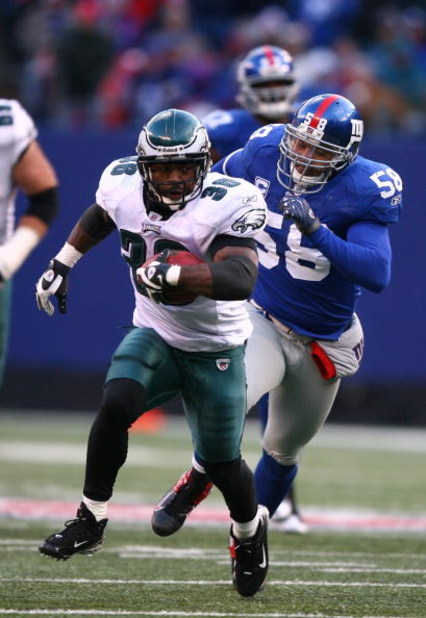 EAST RUTHERFORD, NJ - DECEMBER 07:  Brian Westbrook #36 of the Philadelphia Eagles runs for a touchdown as Antonio Pierce #58 of The New York Giants gives chase in the fourth qurter of their game on December 7, 2008 at Giants Stadium in East Rutherford, N