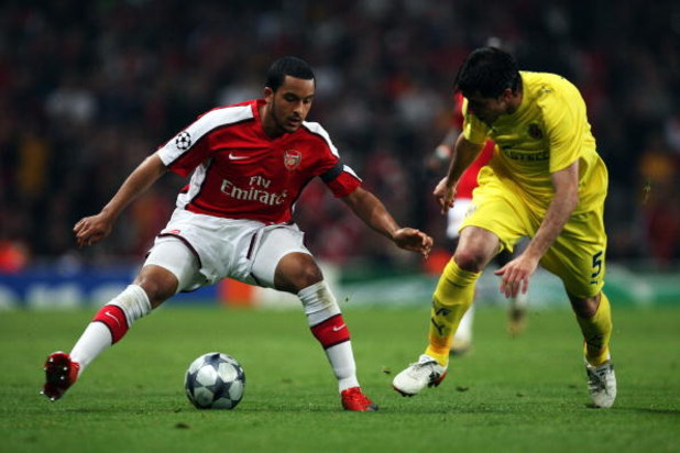 LONDON, ENGLAND - APRIL 15:  Theo Walcott of Arsenal wrong foots Joan Capdevila of Villarreal during the UEFA Champions League Quarter Final Second Leg match between Arsenal and Villarreal at the Emirates Stadium on April 15, 2009 in London, England.  (Ph