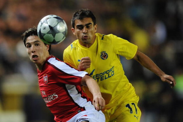 VILLARREAL, SPAIN - APRIL 07:  Ariel Ibagaza of Villarreal challenges Samir Nasri of Arsenal during the UEFA Champions League quarter-final first leg match between Villarreal and Arsenal at the Madrigal Stadium on April 7, 2009 in Villarreal, Spain.  (Pho