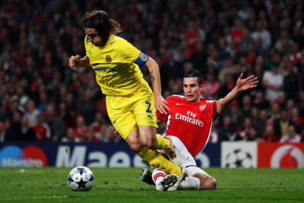 LONDON, ENGLAND - APRIL 15:  Robin Van Persie of Arsenal tackles Gonzalo Rodriguez of Villarreal during the UEFA Champions League Quarter Final Second Leg match between Arsenal and Villarreal at the Emirates Stadium on April 15, 2009 in London, England.