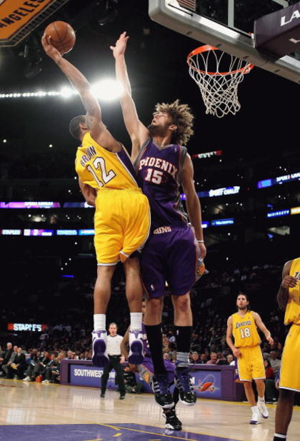 LOS ANGELES, CA - FEBRUARY 26:  Shannon Brown #12 of the Los Angeles Lakers slam dunks the ball against Robin Lopez #15 of the Phoenix Suns during the NBA game at Staples Center on February 26, 2009 in Los Angeles, California.   The Lakers defeated the Su
