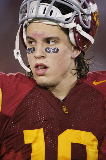 LOS ANGELES - NOVEMBER 29:  Brian Cushing #10 of the USC Trojans looks on against the Notre Dame Fighting Irish on November 29, 2008 at the Los Angeles Memorial Coliseum in Los Angeles, California.  USC won 38-3.  (Photo by Jeff Golden/Getty Images)