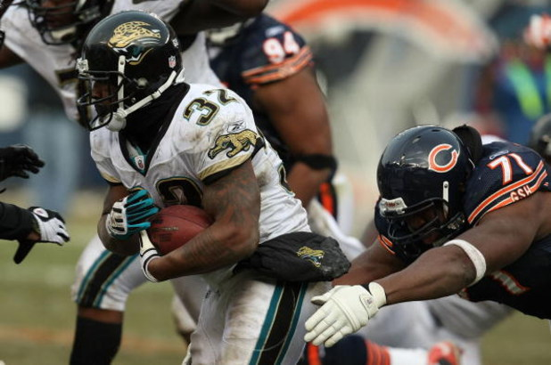 CHICAGO - DECEMBER 07: Maurice Jones-Drew #32 of the Jacksonville Jaguarsbreaks away from Israel Idonije #71 of the Chicago Bears on December 7, 2008 at Soldier Field in Chicago, Illinois. The Bears defeated the Jaguars 23-10. (Photo by Jonathan Daniel/Ge