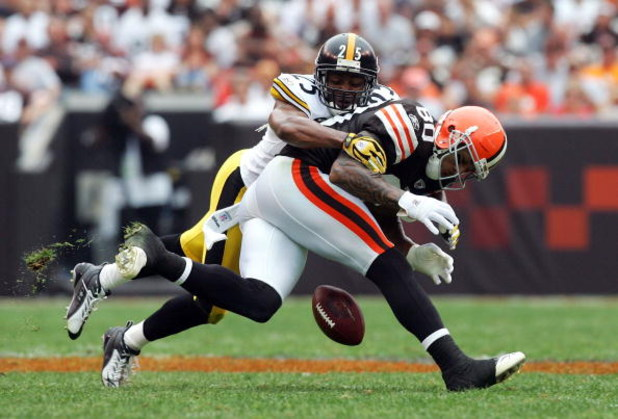 CLEVELAND - SEPTEMBER 09:  Kellen Winslow #80 of the Cleveland Browns drops a pass under pressure from Ryan Clark #25 of the Pittsburgh Steelers during their season opening game at Cleveland Browns Stadium on Septmber 9, 2007 in Cleveland, Ohio.  (Photo b