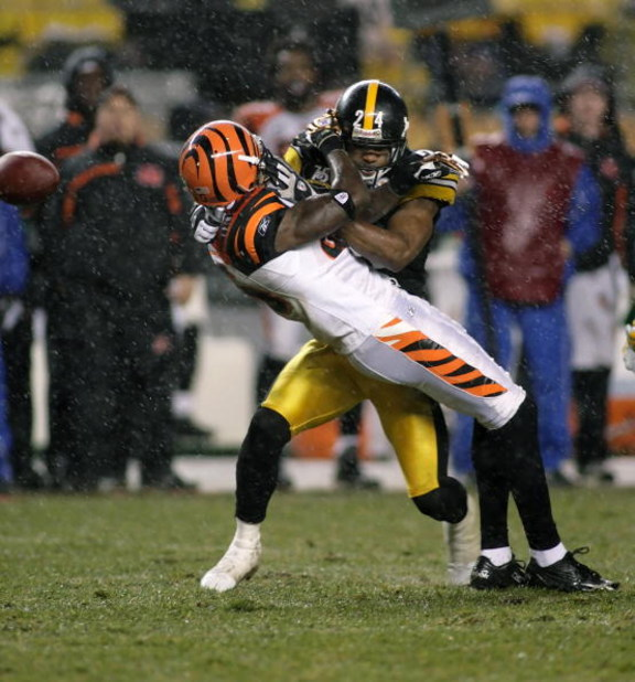 PITTSBURGH - DECEMBER 02: Ike Taylor #24 of the Pittsburgh Steelers hits Chad Johnson #85 of the Cincinnati Bengals on December 2, 2007 at Heinz Field in Pittsburgh, Pennsylvania.  (Photo by Rick Stewart/Getty Images)