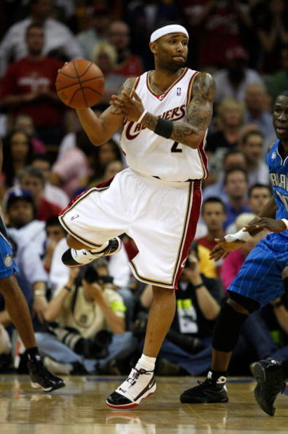 CLEVELAND - MAY 28: Mo Williams #2 of the Cleveland Cavaliers handles the ball against the Orlando Magic in Game Five of the Eastern Conference Finals during the 2009 Playoffs at Quicken Loans Arena on May 28, 2009 in Cleveland, Ohio. NOTE TO USER: User e
